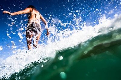 byron-bay-australia-female-surfer-wave-canon-5d-mark-ii-16-35mm-ming-nomchong