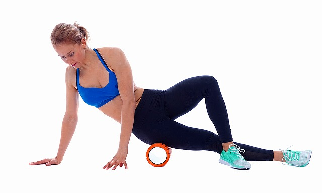 1200-woman-foam-rolling-it-band